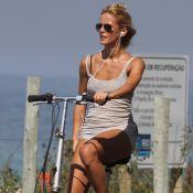 Fernanda de Freitas passeia de bicicleta no Rio e exibe curvas em look justinho