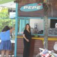 Vanessa Lóes foi clicada na manhã desta quinta-feira, 20 de março de 2014, na praia da Barra da Tijuca, no Rio. Grávida de oito meses de seu terceiro filho com Thiago Lacerda, a atriz mostrou disposição e bom humor durante os cliques