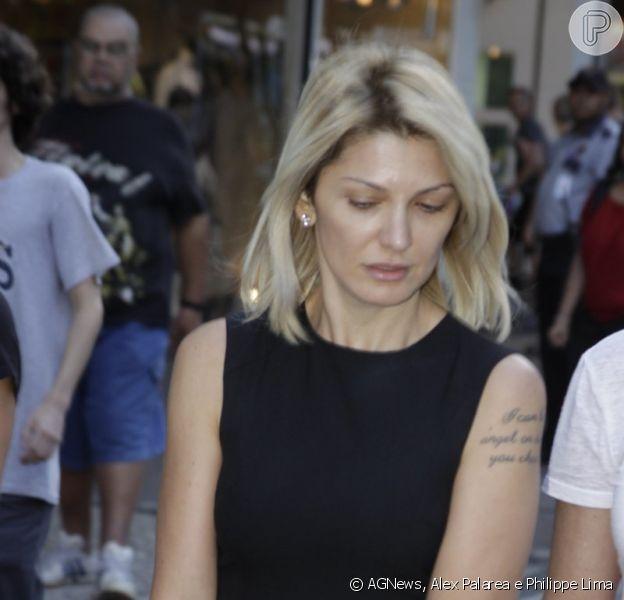 Antônia Fontenelle chega, abatida, à missa de sétimo dia do marido, o diretor Marcos Paulo