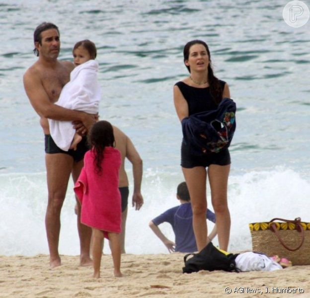 Cláudia Abreu passou um dia de família usando um maiô comportado na praia do Leblon, zona sul do Rio, neste sábado, 19 de janeiro de 2013