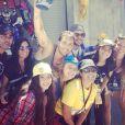 Anitta passa o aniversário de 21 anos na Disney entre amigos da sua equipe