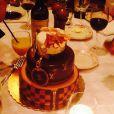 A cantora ganhou um bolo com decoração inspirada na grife Louis Vuitton