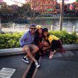 Tuka Carvalho posa com Tilia, filha da empresária de Anitta, Kamilla Fialho, em Orlando