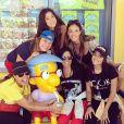 Anitta posa com a mãe e sua equipe na Universal Studios