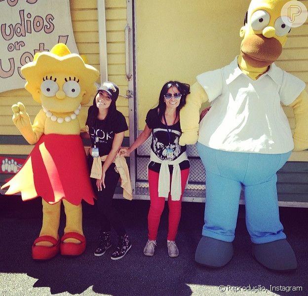 Anitta posa com a mãe, Mirian Macedo, no parque da Universal Studios em 30 de março de 2014