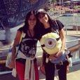 Anitta posa com a mãe no parque da Universal Studios