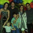 Nivea ao lado do marido Marcus Rocha e da família de Mário Frias, pai do seu filho Miguel