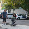 Larissa Maciel passeou com a filha, Milena, na tarde desta terça-feira, 8 de abril de 2014, na orla da praia da Barra da Tijuca, no Rio de Janeiro