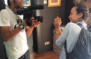 Neymar, protagonista de documentário sobre futebol, brinca de filmar Alice Braga