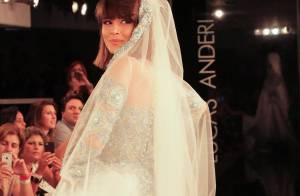 Vestida de noiva, Maria Casadevall faz desfile performático em São Paulo