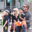 Gwen e o marido, o rockeiro Gavin Rossdale, em dia de folga com seus filhos