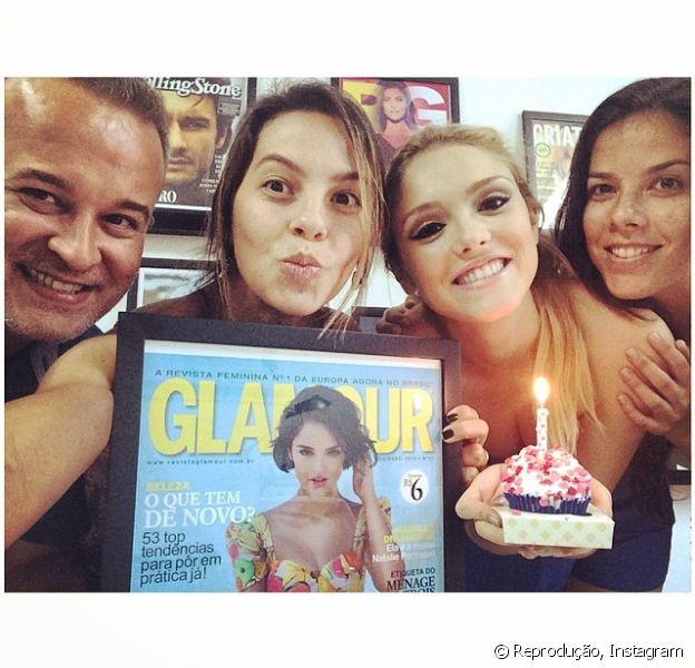 Isabelle Drummond completou 20 anos e ganhou um cupcake da empresa que agencia a sua carreira em comemoração ao seu aniversário
