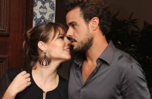 Paolla Oliveira recebe carinho de Joaquim Lopes em noite de lançamento de livro