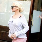 Grávida, Christina Aguilera tenta esconder barriga durante passeio