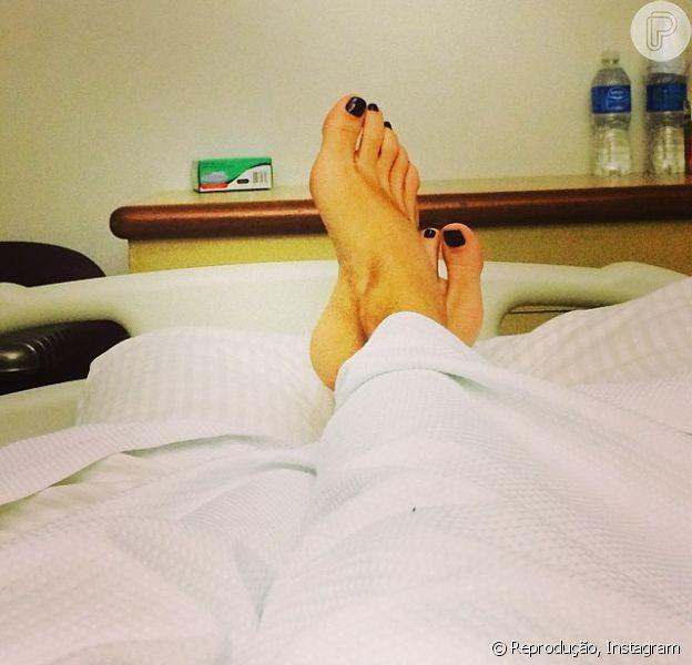 Para acalmar os fãs, Adriane Galisteu postou uma foto sua no hospital Sírio Libanês, em São Paulo, onde foi internada na terça-feira, 22 de abril de 2014, com um quadro de pneumonia. 'Estou de molho! Mas tenho certeza que com o amor e o carinho que recebo de vocês sempre, logo mais estou em casa', legendou a imagem postada no Instagram