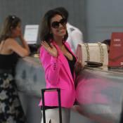 Mariana Rios desfila sorridente e de minissaia em aeroporto do Rio