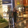 Marina Ruy Barbosa passeia em shopping carioca e exibe cabelo mais curto