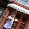 Luigi Baricelli se mostra bem feliz e animado em viagem aos EUA