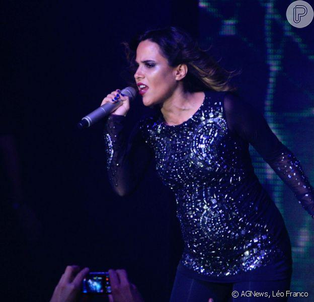 Wanessa, aos seis meses de gravidez, usa look escuro, mas não disfarça o barrigão em show em São Paulo, em 27 de abril de 2014