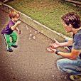 Hora de brincar! Guy se divertindo com o seu pai, o ator Jonatas Faro