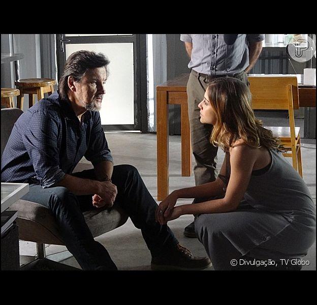 Paulinha (Christiana Ubach) conta para LC (Antonio Calloni) que Lili (Juliana Paiva) é uma agente infiltrada, em 29 de abril de 2014, em 'Além do Horizonte'