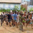 Paulinha (Christiana Ubach) conta para LC (Antonio Calloni) que Lili (Juliana Paiva) está tramando a invasão da Comunidade junto com o povo de Tapiré, em 'Além do Horizonte'