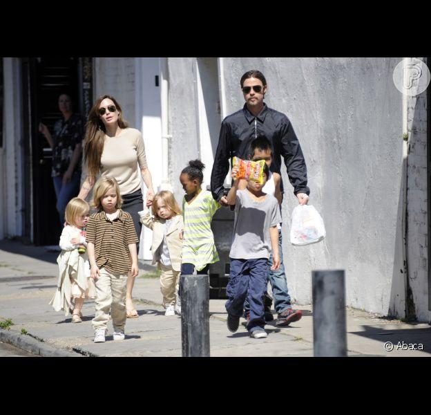 Angelina Jolie é flagrada com os seis filhos e o noivo, Brad Pitt, em Nova Orleans, em março de 2011; de acordo com a revista 'Total Film', atriz disse ser lembrada pelas crianças na hora de ir ao banheiro, em janeiro de 2013
