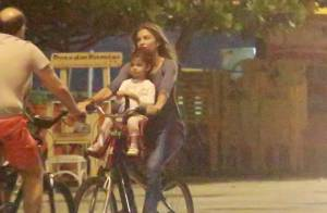 Grazi Massafera leva a filha, Sofia, para passear de bicicleta na orla da Barra