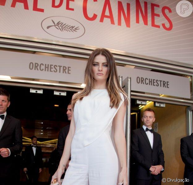 Isabelli Fontana vestiu um macacão branco Elie Saab no Festival de Cannes 2013