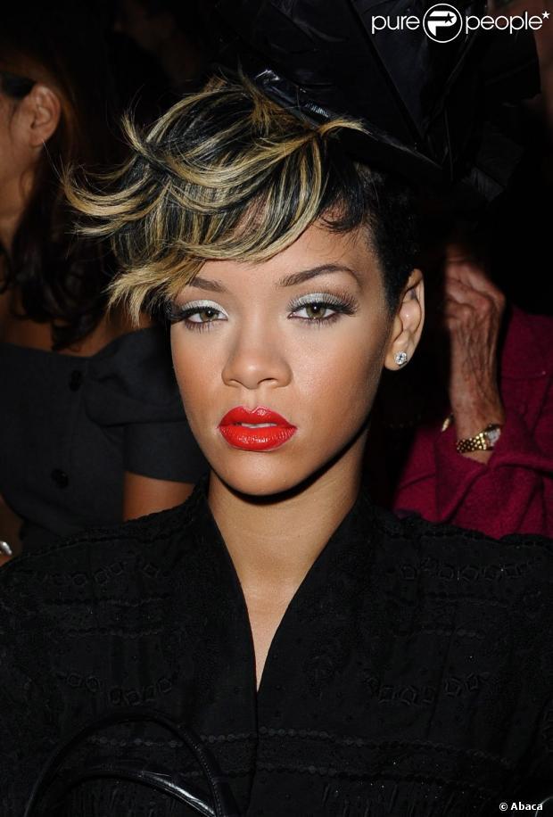 Rihanna mostrou um novo modo de usar o cabelo curto, com franja solta, mostrando a mescla entre os fios loiros e pretos, ainda em outubro de 2009