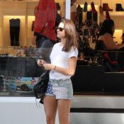 Thaila Ayala faz compras em loja do Rio de shortinho e exibe pernas definidas