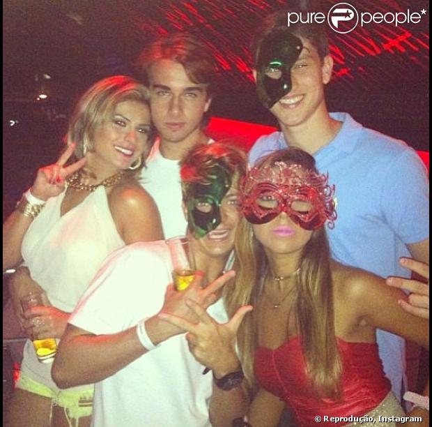 Babi Rossi e Olim Batista curtem fim de semana em Búzios e vão à festa com amigos. Panicat postou foto no Instagram em 28 de janeiro de 2013