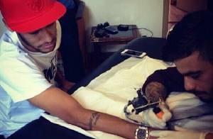 Neymar faz tatuagem de cruz igual a da namorada, Bruna Marquezine