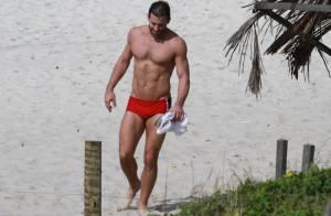 Henri Castelli exibe corpão em praia do Rio