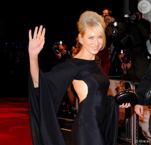 Naomi Watts acena para os fotógrafos na pré-estreia britânica de 'O impossível', no BFI Imax de Londres, em 19 de novembro de 2012