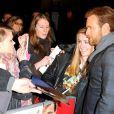 Ewan McGregor fala com os fãs na pré-estreia do filme 'O impossível', em 19 de novembro de 2012