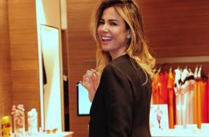 Luciana Gimenez almoça em shopping e prestigia lançamento de perfume, em SP