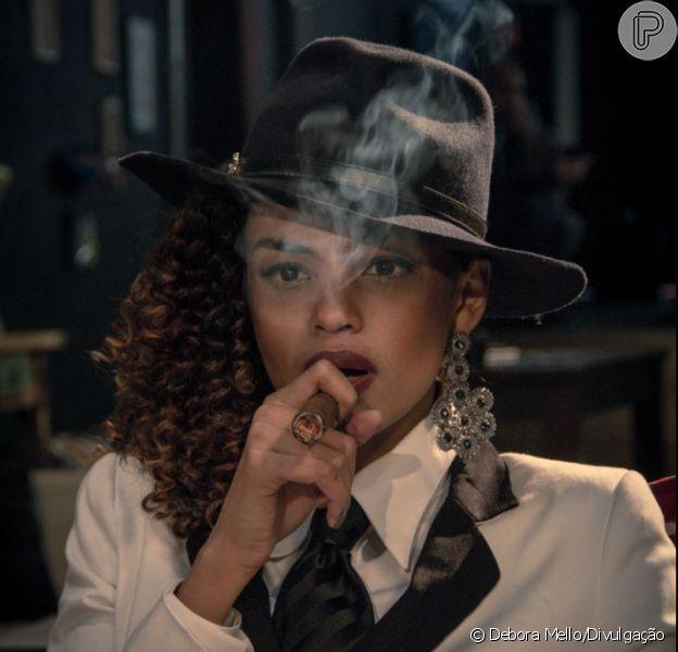 Lucy Ramos aprende a fumar cigarro e charuto para clipe (11 de junho de 2014)