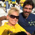 Xuxa e Junno Andrade tiraram fotos antes do jogo começar