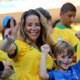 Danielle Winits assistiu ao primeiro jogo da Copa acompanhada do filho Noah