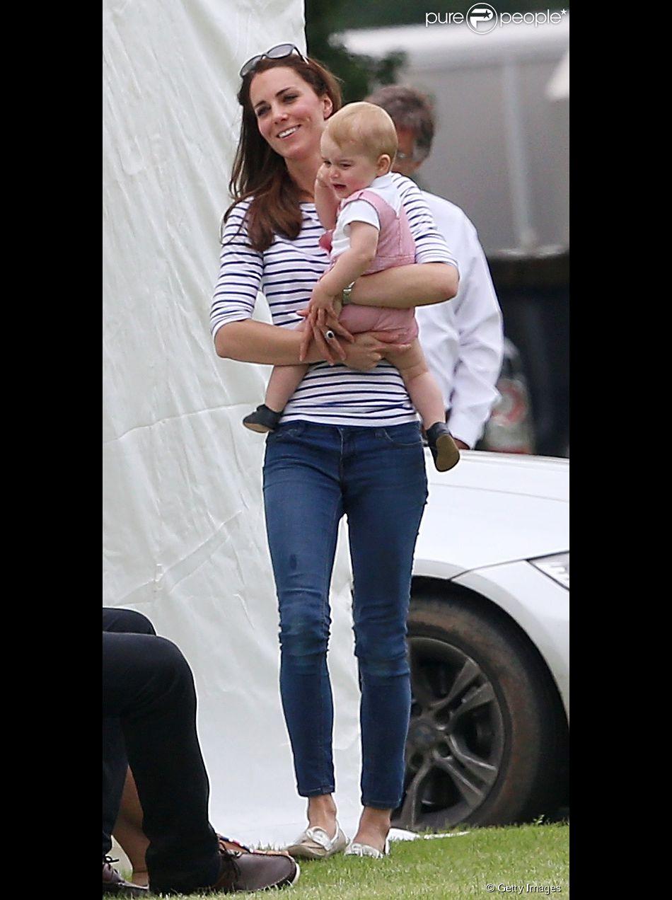 Príncipe George esbanja fofura em evento e chora no colo de Kate Middleton (15 de junho de 2014)