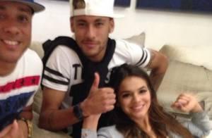 Bruna Marquezine cai no samba com Neymar em churrasco com jogadores da Seleção