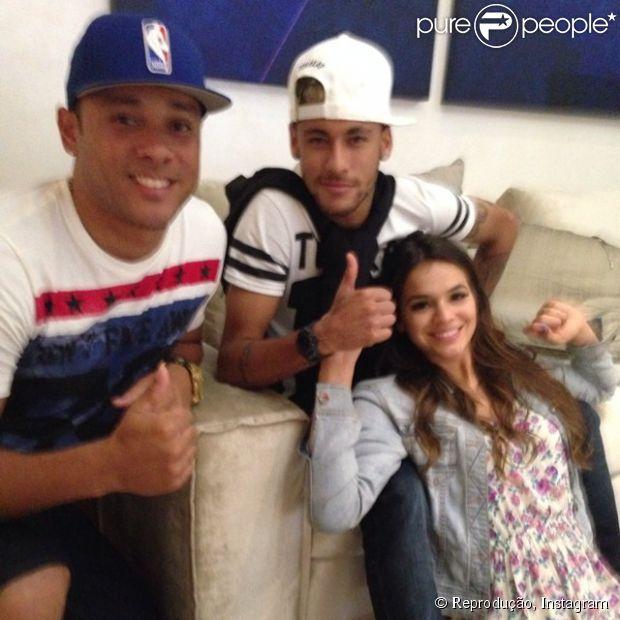 Bruna Marquezine e Neymar curtem churrasco e roda de samba na casa do jogador Thiago Silva após passarem a noite em hotel de luxo, no Rio, em 18 de junho de 2014. Na imagem, o casal posa com Igor Mendes, cunhado do capitão da Seleção