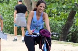 Camila Pitanga mostra boa forma e simpatia durante passeio de bicicleta no Rio