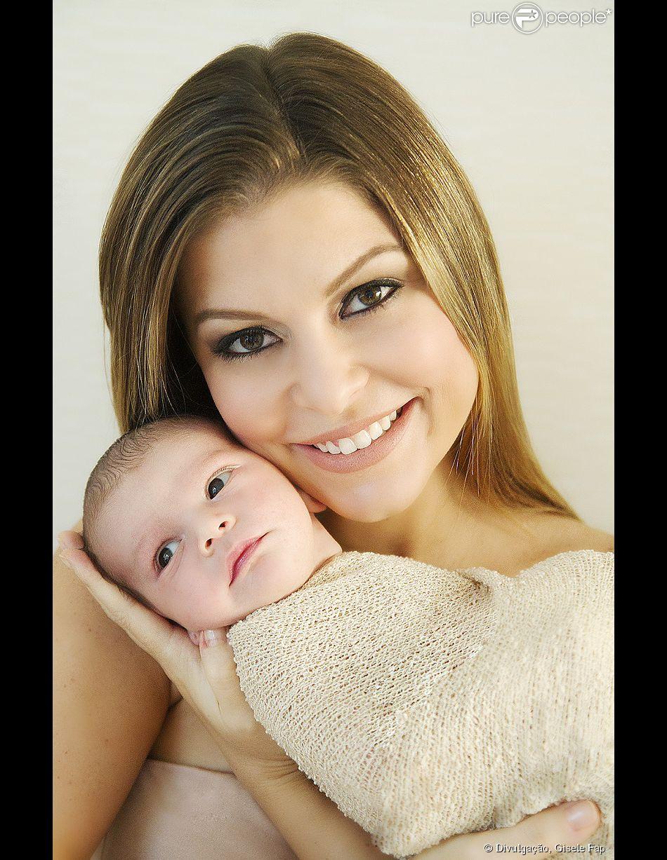 Bárbara Borges posou com o filho Martin Bem, quando o bebê estava apenas com 11 dias de vida, para as lentes da fotógrafa Gisele Fap