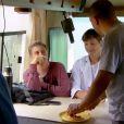 Antes de comer a omelete, Ashton Kutcher que saber se o argentino lavou as mãos antes de preparar a comida. Luciano diz que não