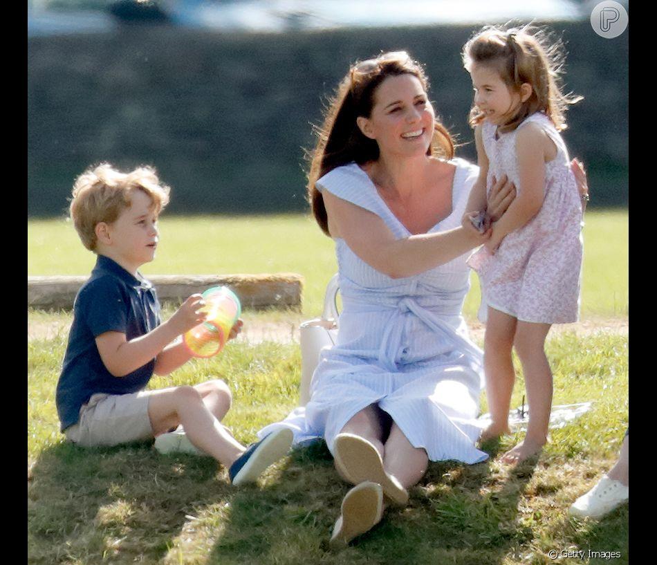 Kate Middleton foi fotografada com os filhos George, de 4 anos, e Charlotte, de 3 no  Beaufort Park, em Londres, neste domingo, 10 de junho de 2018