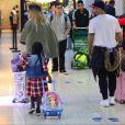 Bruno Gagliasso foi fotografado com a família em um aeroporto do Rio