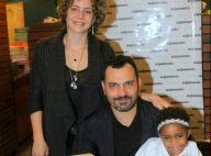 Leandra Leal e o marido, Alê Youssef, posam com a filha em lançamento de livro