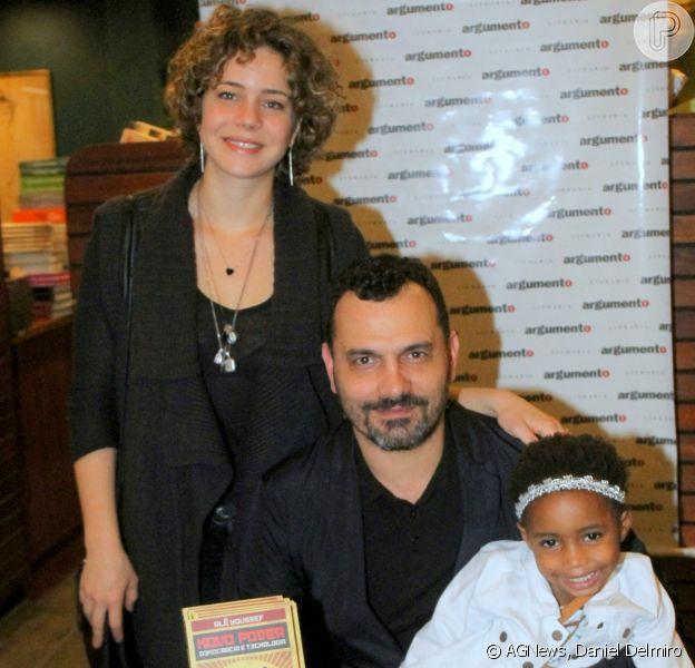Leandra Leal e o marido, Alê Youssef, posaram com a filha, Julia, no lançamento do primeiro livro do produtor cultural, nesta quinta-feira, 14 de junho de 2018, no Rio de Janeiro